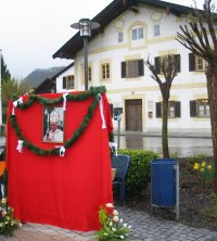 Ratzinger Tribute in Marktl, with his house of birth in the background.